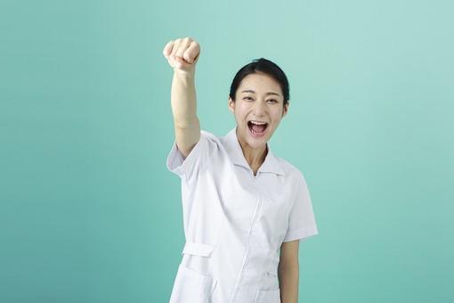 人物 女性 日本人 20代 30代   仕事 職業 医療 病院 看護師  ナース 医者 医師 女医 薬剤師  白衣 看護 屋内 スタジオ撮影 背景  グリーンバック おすすめ ポーズ 上半身 拳 こぶし ガッツポーズ 頑張る 張り切る やる気 応援 笑顔 ファイト mdjf010