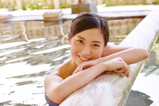 人物 日本人 1人  大人 女性 温泉施設 宿泊施設 ホテル 旅館 温泉   湯 お湯 露天風呂 屋外 外 リラックス リフレッシュ 休息 休憩 ゆっくり のんびり 気持ちいい 安心 安らぎ 満足 20代 見つめる もたれる 笑顔 入浴 mdjf013