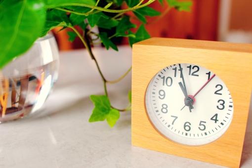 穏やか 緑 自然 明るい 眩しい お休み 休日 植物 アイビー 木 春 初夏 夏 葉 時計 置き時計 何時 時間 休憩 管理 予定 デスク オフィス 自宅 仕事