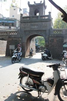 ハノイ ベトナム 旅行 旅 バイク 門 観光 朝 道路 交通 異文化 ゲート 乗り物 歴史 hanoi vietnam trip travel travelling road traffic bike motorbike gate morning history