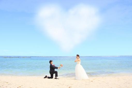 フォトウェディング ハート型の雲の下でプロポーズの写真