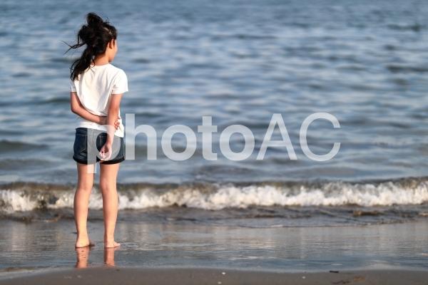 海と少女1の写真