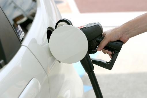 手 人物 人 車 給油 マイカー ガソリン ガソリンスタンド オイル セルフ セルフスタンド ガソリン車 ハイブリット 環境 co2 エコ エコカー 石油 レギュラー ハイオク スタンド 燃費 燃料 原油価格 ガソリン価格 給油口