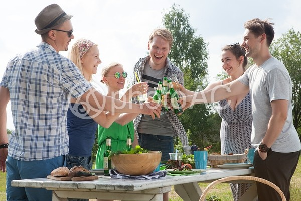 屋外で食事する仲間達1の写真