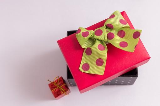 プレゼント 贈り物 水玉 ドット リボン 黄色 イエロー パープル 紫 赤 レッド ギフト 贈答品 原色 印象的 おくり物 1個 箱 屋内 人物なし 物撮り 包装紙 紙 置く 上から視線 接写 アップ ズーム 斬新 現代的 若者 かわいい 蓋 ふた 紺 白 開ける 小箱 ミニ 小さい ゴールド 金色