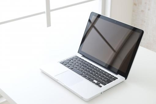 ノートパソコン パソコン PC デスク キーボード 室内 部屋 机 テーブル 白 窓 窓際 明るい 自然光 ホワイト ラップトップ シンプル コピースペース