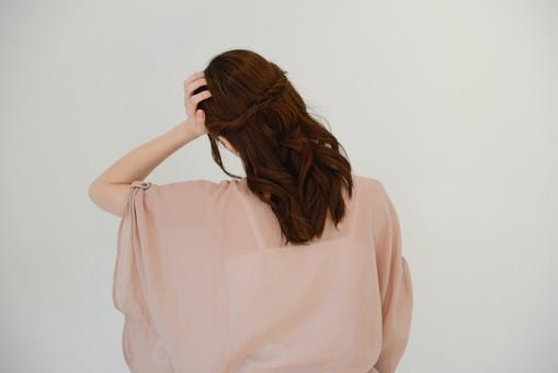 日本人 女性 女 30代 アラサー グレーバック 背景 グレー ポーズ ハーフアップ 髪型 茶髪 ナチュラル 私服 カジュアル ピンク ピンクベージュ 背面 背中 後ろ 後姿 傾げる 首 支える 頭 悩む 困る 頭痛 片頭痛 mdjf013
