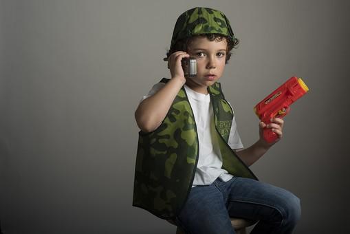 外国人 外人 白人 男性 男 男の子 子供 子ども 幼児 パーマ 天然 幼稚園 小学生 迷彩 迷彩柄 柄 シャツ Tシャツ 白 帽子 被る 上着 ベスト チャック 携帯電話 電話 通話 会話 おもちゃ 鉄砲 打つ ボール  mdmk011
