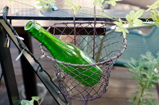 カゴ バスケット 空き瓶 瓶 びん ビン ボトル 空 飲み物 ドリンク エコ リサイクル 生活 日常 庭 花瓶 植物 葉 葉っぱ ガラス 透明 緑 自然 ナチュラル ベランダ