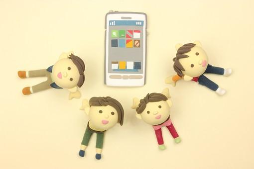 クレイ クレイアート クレイドール ねんど 粘土 クラフト 人形 アート 立体イラスト 粘土作品 かわいい スマートフォン スマホ 模型 アンドロイド iphone  携帯電話 ケータイ デジタル 液晶 タッチパネル 社会 つながり アプリ 人物 仲間 友達 ともだち 友人 クラスメイト 座る 見上げる 笑顔 学生 大学生 高校生 小学生 遊ぶ 子ども こども コミュニケーション 仲良し 楽しい 明るい 輪 通信 つながる 繋がり SNS ネットワーク ツイッター Twitter フェイスブック Face