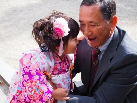 孫 お爺さん おじいさん 日本 japan おじいちゃん お祖父さん 笑顔 二人 着物 お参り 子供 女児 子ども 日本人 老人 初老 三歳 3歳 老人 japanese smile grandfather grandchild kimono スーツ 男性 元気 素敵 嬉しい 敬老の日 感謝 ひちごさん 七五三 女の子