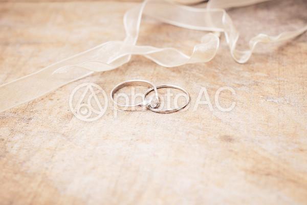 紐と指輪の写真