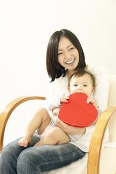親子 母子 親 おや 母 母親 ママ マザー 子ども 子供 子 赤ちゃん 赤ん坊 乳児 幼児 ベイビー 抱っこ だっこ 抱く 絆 笑顔 笑う 女性 女 人物 触れ合い ふれあい 室内 部屋 座る 玩具 おもちゃ イス ハート 箱 ボックス 日本人 mdfk006 mdjf016