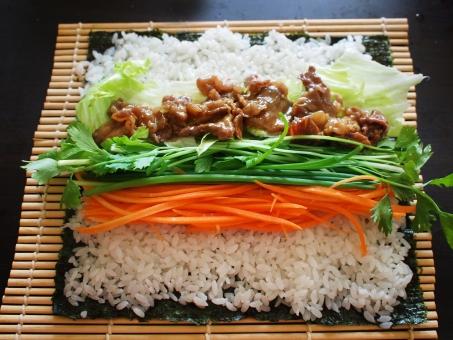 巻き寿司 まきずし 巻きすし 巻きスシ 寿司 ノリ 焼肉ロール 焼肉 酢飯 すめし のり 海苔 巻き簾 まきす sushiroll yakiniku sushi japanesefood サラダセロリ 料理