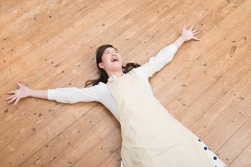 人物 日本人 嫁 お嫁さん 奥さん 妻 女性 20代 30代 エプロン 床 寝る 寝っ転がる 倒れる 解放感 解放 自由 弛緩 大の字 仰向け うれしい 面白い おもしろい コミカル ユーモラス オーバーリアクション 笑う 笑顔 スマイル  mdjf049