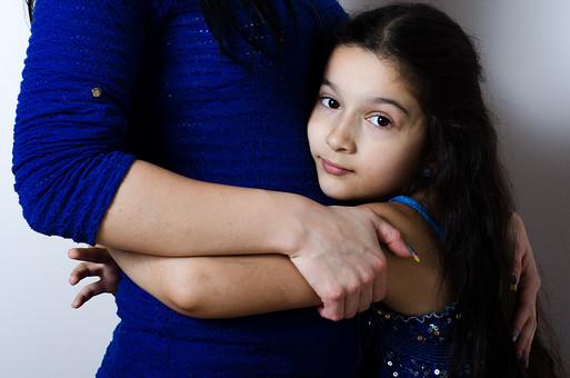 人物 2人 女の子 少女 女性 外国人 セルビア人 親子 母 娘 子供 ハグ 抱きつく 抱きしめる スキンシップ ふれあい ぬくもり 安心 笑顔 微笑み 愛情 母性 甘える 幸せ 青い服 黒髪 ロングヘア 白バック 白背景 mdfk022