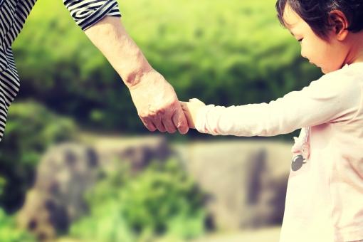おばあちゃん 孫 家族 人物 女性 子供 女 女の子 幼児 シニア 日本人 ばあちゃん 祖母 ばあば 老人 高齢 手つなぎ 手 つなぐ 写真 レトロ調 レトロ写真 思い出