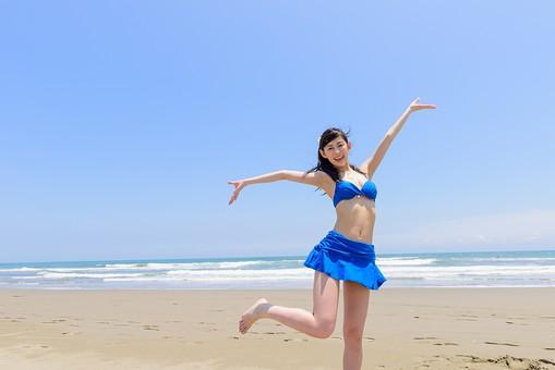 ビキニ 水着 日本人 ビーチ 海 砂浜 人物 旅行 旅 観光 オーシャン 青 ブルー 波 トラベル ホリデー 青空 晴天 晴れ 美女 綺麗 野外 屋外 夏 常夏 楽園 手を上げる 片足 足をあげる 手を広げる 全身 女性 海水浴 mdjf011