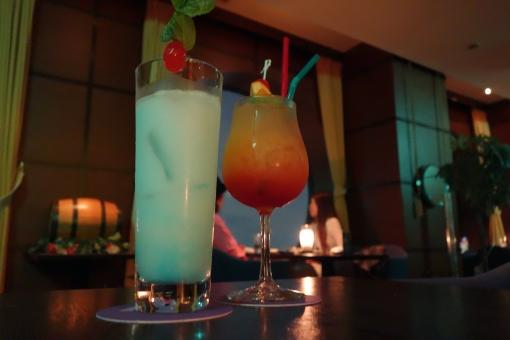 バー カクテル 酒 ビル 夜 大阪 カップル