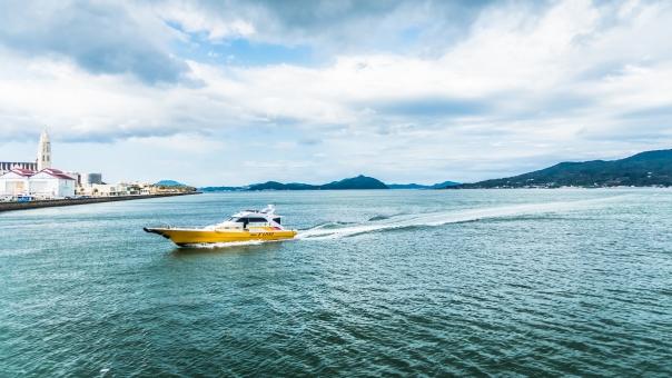 モーターボート ボート 船 博多 海 ふね 空 雲 乗り物 速い クルーザー 漁港 ヨットハーバー 連絡船