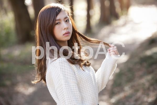 ポーズをとる女性 z061の写真