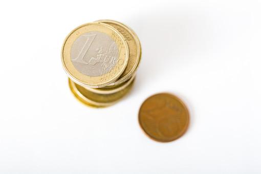 お金 コイン 通貨 貨幣 小銭  つり銭 マネー 外国 外貨 貯金  貯蓄 金融 経済 ビジネス 価値  チップ お釣り ユーロ ヨーロッパ 海外  アップ 白バック 白背景 複数 素材 重ねる 積む 硬貨 EU 1ユーロ ユーロコイン セント