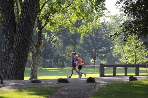 ランニング ウォーキング 競歩 トレーニング スポーツ 運動 ダイエット 健康 歩く 走る 女性 人物 屋外 外 ウエア 短パン 道 地面 運動靴 筋肉 足 脚 昼間 アスファルト 自然 スニーカー 公園