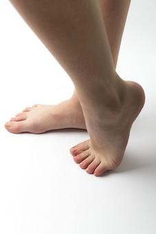 足 脚 あし フット 生足 裸足 素足 女性 女 女子 ウーマン 立つ 起立 20代 30代 足元 脚の甲 足の甲 フットケア 両脚 両足 人物 若い 若者 美容 ヘルスケア 足の爪 肌 スキンケア 白背景 横向き つま先立ち 足の指 ファッション