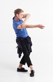 ダンス ダンサー ポーズ 体勢 姿勢 体位 ステップ 踊る 踊り 運動 スポーツ 振り付け 振付 振り 男性 男 外国人 金髪 若い 全身 横顔 膝 片膝 曲げる 足 脚 出す 前に出す 腕 上げる 掴む 背景 白 ホワイト 接写 クローズアップ mdfm074