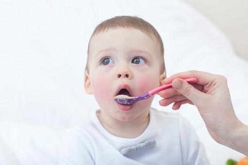赤ちゃん 外国人 子供 子ども こども 男の子 男児 乳児 ライフスタイル 部屋 室内 屋内 白背景 白バック 背景 食事 ご飯 ごはん スプーン 離乳食 食べる 食べさせる カワイイ 可愛い かわいい 金髪 mdmk030