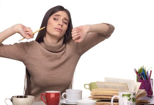 屋内 人物 外国人 女性 1人  大人 20代 30代 セーター 茶色 机 本 カップ マグカップ 飲み物 複数 仕事 学習 勉強 ビジネス  ビジネスウーマン 若い 座る 伸び 腕 伸ばす 持つ 筆記用具 表情 疲労 疲れ 眠い やれやれ うーん 睡眠不足 飲み物 女 人 室内 白バック 白背景 mdff127