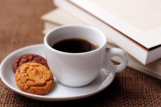 ドリンク 飲み物 飲料 コーヒー ブラック カップ ソーサー ソフトドリンク ホットドリンク 冬 温かい 喫茶店 カフェ コーヒーショップ 休息 休憩 ティータイム ティーブレイク コーヒーブレイク クッキー 焼き菓子 おやつ お菓子 本 ブック 読書 勉強 ナチュラル 家カフェ
