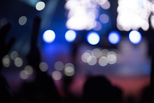 クラブ ライブ LIVE コンサート DJ 演奏会 音楽会 リサイタル ナイトクラブ キャバレー フロアショー 観客 観衆 見物人 観覧者 聴衆 オーディエンス ギャラリー 立ち見客 客 お客さん 会場 入館者 バンド 音楽 楽器 楽曲 ミュージック 歌 曲 唄 歌唱 ペンライト ステージ 音響 スクリーン アンプ サウンド 公演 人 歓声 ライト 照明 手 複数 アップ 冬 クリスマス 野外 ピント 被写体 ぼやける 外