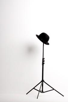帽子 ぼうし ボウシ ハット 帽子掛け スタンド オブジェ 飾り 白バック 白背景 インテリア お洒落 アイテム 小物 道具 被る 金属 芸術 アート 作品 創造 創作 美術 工芸 三脚