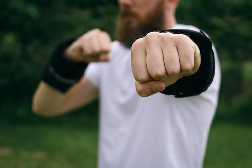 男性 男 外人 外国人 庭 芝生 人 腕 フィットネス 運動 トレーニング 筋肉 筋トレ 緑 緑色 白 ダイエット ボディ ボディパーツ 有酸素 有酸素運動 エクササイズ 20代 30代 重り おもり 黒 上半身 パンチ ボクシング シャドー 野外 屋外 ウエイト 手首