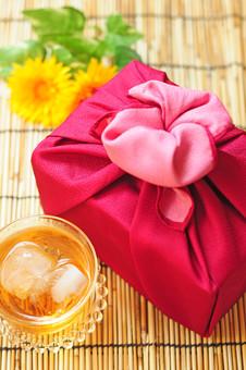 夏 夏のギフト サマーギフト お中元 贈り物 プレゼント 包み 包む 和風 季節 風呂敷 挨拶 礼儀 習慣 行事 風習 日本 贈答 贈る ひまわり 麦茶 お茶 グラス 氷 すだれ