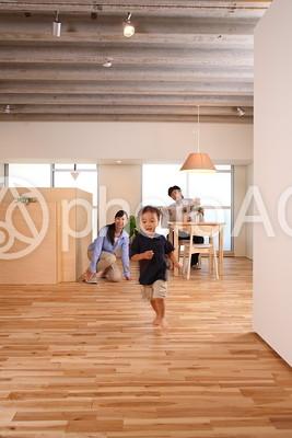 部屋の中を走る子供6の写真