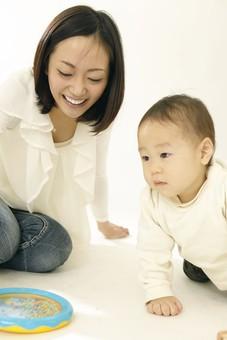 親子 母子 親 おや 母 母親 ママ マザー 子ども 子供 子 赤ちゃん 赤ん坊 乳児 幼児 ベイビー 絆 笑顔 笑う 女性 女 人物 触れ合い ふれあい 室内 部屋 座る 玩具 おもちゃ 遊ぶ 日本人 mdfk008 mdjf016