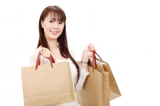 女性 人物 アラサー 30代 三十代 日本人 ポートレート モデル ミセス ナイスミドル 美しい 美人 ol プレゼント 贈り物 ショッピング ショッピングバック セール バック 袋 買い物 買物 買い物袋 紙袋 手提げ袋 バーゲン 洋服 服 ファッション 持つ 見る 笑顔 えがお 嬉しい 楽しい 朗らか にこやか ほほえむ 微笑む ほほえみ 白バック 白背景 スタジオ撮影 スタジオ 無地背景 1人 一人 余白 アップ 上半身