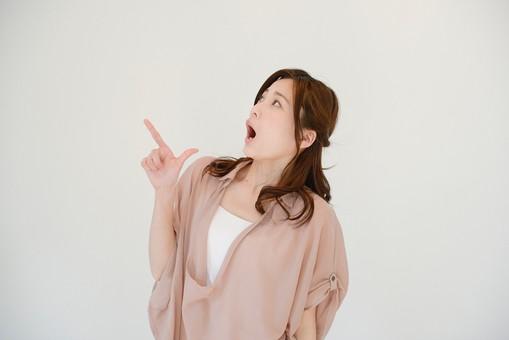 日本人 女性 女 30代 アラサー グレーバック 背景 グレー ポーズ ハーフアップ 髪型 茶髪 ナチュラル 私服 カジュアル ピンク ピンクベージュ 指さす 指 指す 示す 発見 見つけた 見上げる 上を向く 横向き 横顔 驚く 驚き 衝撃 衝撃的 びっくり あんぐり mdjf013