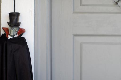 ハロウィン ハロウィーン 収穫祭 10月31日 秋 おばけ 幽霊 怖い 恐怖 ホラー 驚かす シルクハット 帽子 マント 仮装 衣装 コスプレ 人形 吊るす 飾る 飾り ディスプレイ 壁 ドア 扉 景観