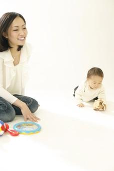 親子 母子 親 おや 母 母親 ママ マザー 子ども 子供 子 赤ちゃん 赤ん坊 乳児 幼児 ベイビー 絆 笑顔 笑う 女性 女 人物 触れ合い ふれあい 室内 部屋 座る 玩具 おもちゃ ボール 遊ぶ 日本人 mdfk008 mdjf016
