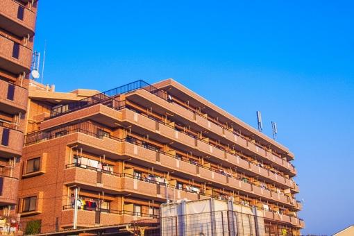 マンション 空 高い 住宅 LDK テラス ベランダ バルコニー 茶色 ブラウン ブルー 階層 住居 部屋 ルーム ご近所