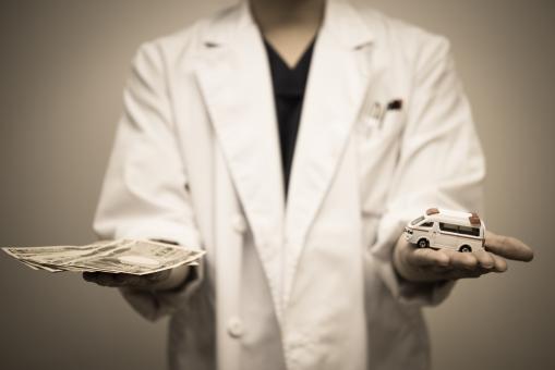 医療費 費用 治療費 高額 コスト 救急車 高齢化 白衣 病気 救命 男性 ドクター 判断 命 医師 天秤 一万円 医者 選ぶ チョイス リアル 現実 病院 入院