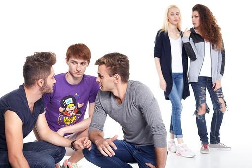 人物 外国人 モデル 男性 女性  男女 複数 グループ 仲間 友達  20代 若者たち 大学生 スタジオ撮影 白バック  白背景 ファッション カジュアル 5人 ナンパ  興味 会話 相談 異性 話し合う ヒソヒソ ひそひそ 青春  mdff026 mdff027 mdfm007 mdfm008 mdfm009
