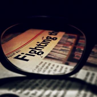パキスタン イスラム共和国 南アジア イギリス連邦 都市 外国 海外 風景 新聞 しんぶん しんぶんし 新聞紙 英字新聞 ニュース 事件 メガネ めがね 眼鏡 老眼鏡 文字 アルファベット 情報 地方紙 紙 再生紙