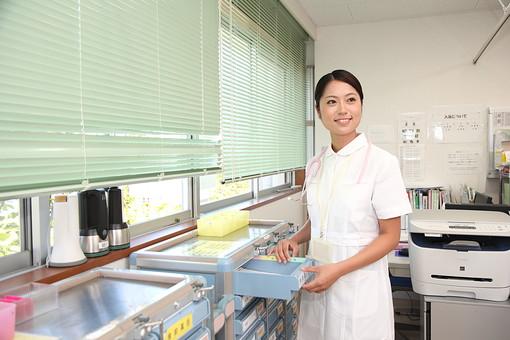 看護師 看護婦 ナース 白衣 女 女性 病院 医院 医療 看護 ナースステーション 引き出し 棚 資料 カルテ 書類 管理 日本人 mdjf034
