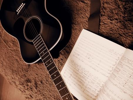 ギター guitar 楽譜 譜面 音符 音 音楽 弦 セピア モノクロ 楽器練習 練習 ミュージック サウンド アコースティックギター 弦楽器 伴奏 趣味 アンティーク 夢 思い出 ギタリスト レトロ ヴィンテージ 茶色 音色 音程 才能 レッスン 室内