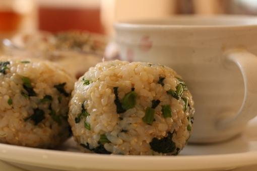 玄米 玄米おにぎり おにぎり 玄米菜食 青菜 からし菜 漬物 ワンプレート ワンプレートランチ お昼ごはん 和食 手料理 おうちごはん 食事 健康食 ヘルシー