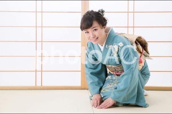 お辞儀する着物姿の女性の写真